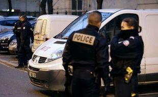 Le cadavre d'une femme dans une valise et des ossements dans une autre ont été retrouvés mardi à l'intérieur d'une camionnette à Clichy-la-Garenne (Hauts-de-Seine), a-t-on appris de source proche du dossier.