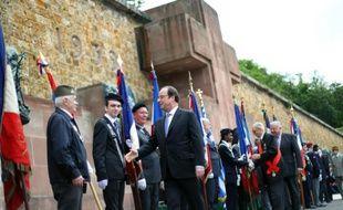 Le président François Hollande salue des anciens résistants lors d'une cérémonie pour l'appel du général de Gaulle le 18 juin 2016