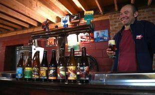 """Bernard Leboucq, un brasseur de la """"Brasserie de la Senne"""" à Bruxelles, déguste une bière le 23 octobre 2015"""