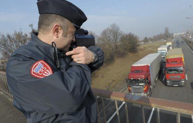 Un policier contrôle la vitesse des véhicules à Strasbourg en 2011.