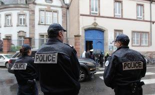 Strasbourg le 17 05 2013. Présence policière devant les lycées de Strasbourg suite a une menace sur internet