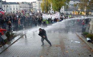 La contestation d'un futur aéroport, défendu à bout de bras par le Premier ministre socialiste, Jean-Marc Ayrault, a pris un tour violent samedi avec des incidents dans sa ville de Nantes (ouest de la France) et sur le site du projet.