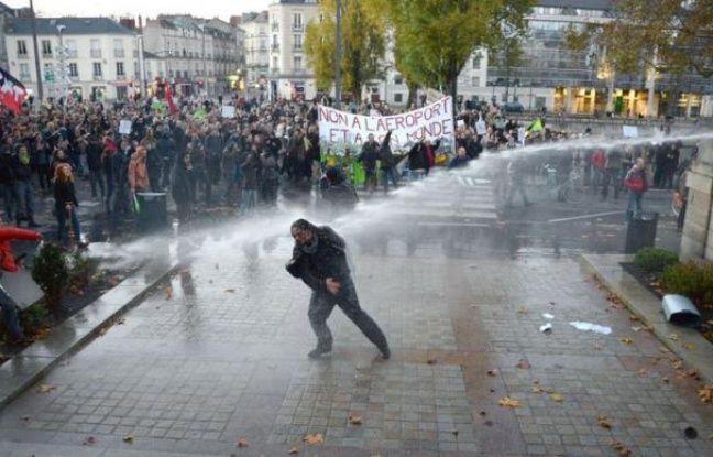 """Le gouvernement va mettre en place """"dans un souci d'apaisement"""" une """"commission du dialogue"""", après les vifs affrontements qui ont fait au moins sept blessés samedi à Notre-Dame-des-Landes et à Nantes, entre forces de l'ordre et manifestants anti-aéroport."""