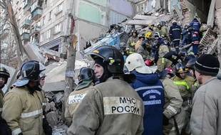 Les pompiers à la recherche de survivants, le 1er janvier 2018.