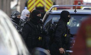 Des tireurs d'élite arrivent à Marseille, après l'interpellation de deux hommes soupçonnés de projeter un attentat, le 18 avril 2017.