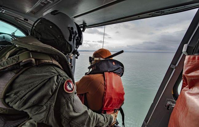 Des hommes de la Marine nationale à bord d'un hélicoptère Panther.