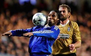 Il n'y a pas de colle sur le maillot de Didier Drogba, mais c'est tout comme. L'Ivoirien n'avait plus marqué à Stamford Bridge depuis deux mois. Son but permet à Chelsea de punir la Juventus (1-0).