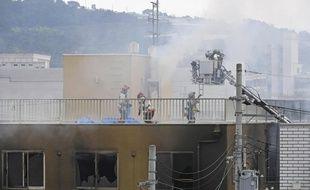 Les pompiers interviennent pour éteindre l'incendie du studio Kyoto Animation, à Kyoto, le 18 juillet 2019.