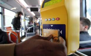 Illustration d'une validation de carte de transport, ici sur le réseau Korrigo de Keolis, à Rennes.