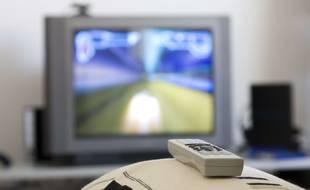 Image d'illustration. Un téléviseur et une télécommande.
