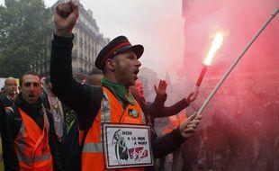 Des cheminots défilent contre la réforme ferroviaire le 14 mai à Paris.
