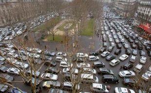 """Des milliers de taxis ont manifesté mercredi à Paris et dans de nombreuses villes pour protester contre """"la déréglementation de leur profession"""", que préconise selon eux le rapport de la Commission Attali sur la croissance."""