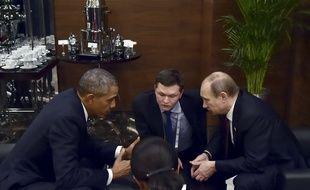Le président américain, Barack Obama (G), discute avec son homologue russe, Vladimir Poutine (D), en aparté lors du sommet du G20 à Antalya (Turquie), le 15 novembre 2015.