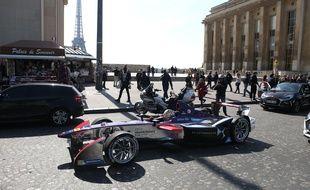 Jean-Eric Vergne au volant de sa DSV-01 devant le Trocadéro à Paris.