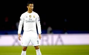 Cristiano Ronaldo avant un coup-franc au Parc des Princes