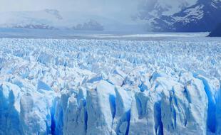 La multitude de séracs donne l'impression que la surface du glacier glacier Perito Moreno, en Patagonie, est recouverte d'écailles de dragon