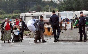 """""""Ca c'est la vie, tous les jours c'est comme ça"""", lance Angelica, Rom de 22 ans, carte d'identité à la main alors que des policiers circulent entre les caravanes installées sur un terrain à Croix (Nord) depuis l'évacuation mercredi du plus grand campement de Roms de la métropole lilloise"""