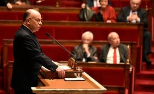 Le ministre de l'Intérieur Bernard Cazeneuve s'exprime à la tribune de l'Assemblée nationale avant le vote de la prolongation pour trois mois de l'état d'urgence, à Paris, le 16 février 2016