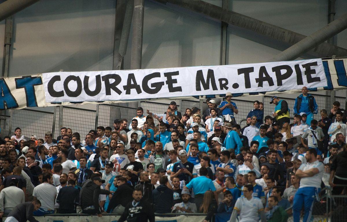Les supporters ont déployé de nombreuses banderoles en hommage à Bernard Tapie. – B. Langlois / AFP