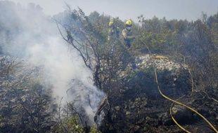 Le gigantesque incendie qui fait rage depuis dimanche dans le nord-est de l'Espagne, près de la frontière française, et a fait quatre morts dont trois Français, était toujours actif mardi matin, a indiqué à l'AFP une porte-parole des pompiers de Catalogne.