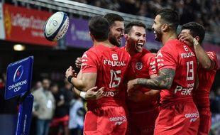La joie des joueurs du Stade Toulousain après l'essai de Lucas Tauzin, qui donne le bonus offensif à son équipe lors du match de Champions Cup à Montpellier, le 14 décembre 2019.