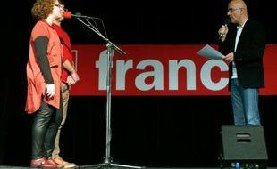 Nicolas Stoufflet, à droite, producteur de radio et un des  animateurs de l'émission de radio de France Inter, le Jeu des 1.000  euros, s'adresse aux candidats, le 19 décembre lors de  l'enregistrement de l'émission à la salle des Fêtes de Rosny- sous-Bois.