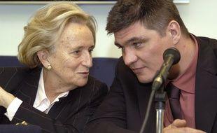 Bernadette Chirac et David Douillet présentent le bilan de la 16e opération Pièces jaunes, le 9 juin 2005 à Paris.