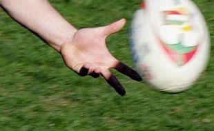 Le Lyon OU, en écartant (24-12) Agen, et La Rochelle, vainqueur avec le bonus (29-13) face à Tarbes, ont rejoint Mont-de-Marsan et le Racing-Métro en demi-finales d'accession au Top 14 de rugby, dimanche lors de la 30e et dernière journée de Pro D2.