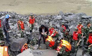 Les secours mobilisés en chine après l'immense glissement de terrain qui a fait au moins 5 morts et 120 disparus dans un village isolée du Sichuan le 24 juin 2017.