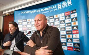 Le nouvel entraîneur de l'OM José Anigo (à droite), lors d'une conférence de presse à Marseille, le 9 décembre 2013.