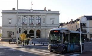 Bus, tramway et autres trains régionaux voient leur fréquentation augmenter, pourtant leurs recettes sont en baisse et les responsables de ces transports publics, réunis à Bordeaux jusqu'à vendredi, préconisent notamment une hausse des tarifs, accompagnée par des barèmes sociaux.