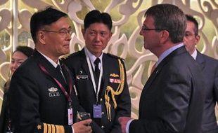 Sun Jianguo (g) un responsable de la Marine chinoise, discute avec le secrétaire américain à la Défense Ashton Carter (d) à Singapour le 30 mai 2015