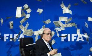 """L'ancien président de la FIFA Joseph """"Sepp"""" Blatter, se fait jeter de faux billets lors d'une conférence de presse le 20 juillet 2015 à Zurich."""