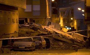 Des murs se sont effondrés sur des voitures garées dans la rue à Lorca (sud de l'Espagne), après un séisme de magnitude 5,3, mercredi 11 mai 2011