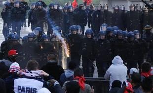 Les forces de l'ordre tentent de disperser des casseurs, le 13 mai 2013 au Trocadéro.