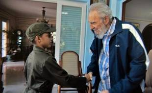 Le président cubain Fidel Castro (d) et le jeune Marlon Mendez (L) dans la maison du vieux leader cubain le 16 août 2014 à La Havane