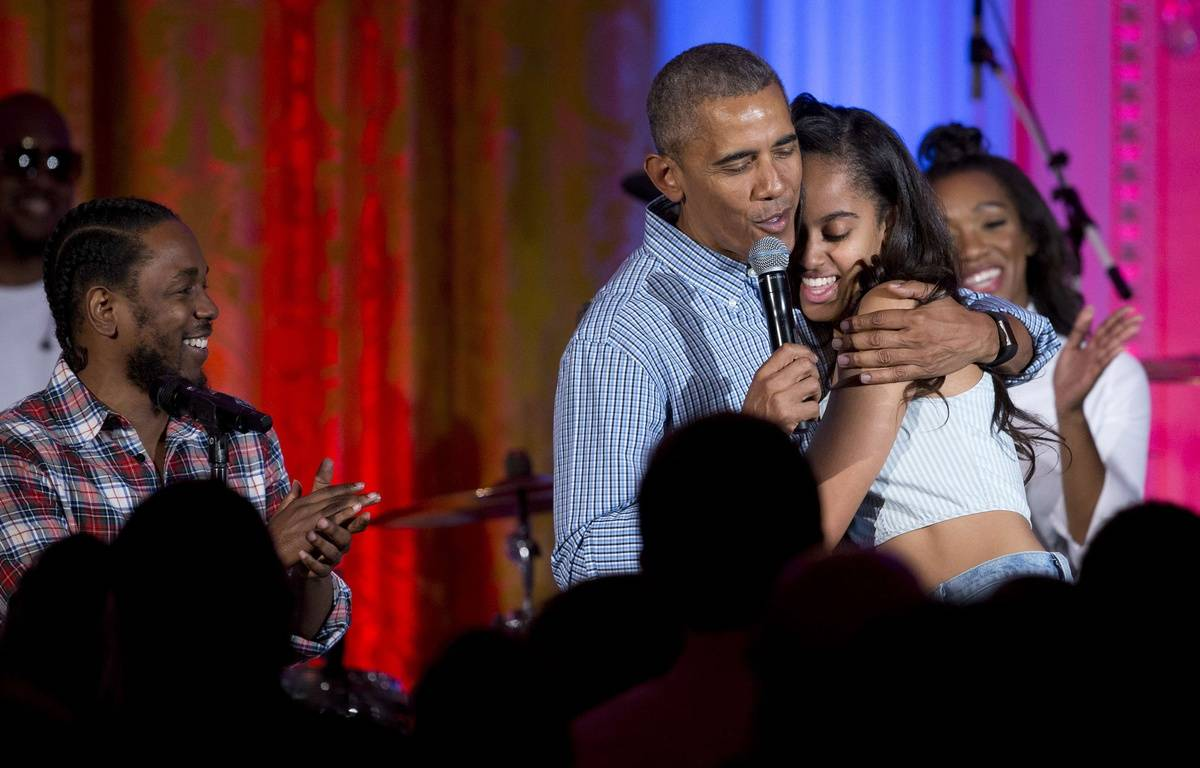 La président américain Barack Obama chante «Joyeux anniversaire» à sa fille aînée Malia à la Maison Blanche, à Washington, le 4 juillet 2016. – Carolyn Kaster/AP/SIPA