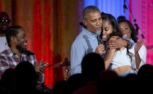 La président américain Barack Obama chante «Joyeux anniversaire» à sa fille aînée Malia à la Maison Blanche, à Washington, le 4 juillet 2016.