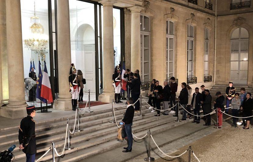 Mort de Jacques Chirac : Des centaines d'anonymes affluent à l'Elysée pour rendre hommage à l'ancien président