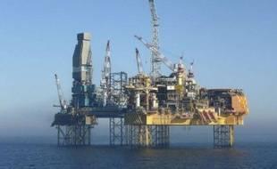 Greenpeace a annoncé vendredi qu'il comptait envoyer samedi un navire de recherches sur la plateforme en mer du Nord où le groupe pétrolier français Total tente de colmater une importante fuite de gaz.
