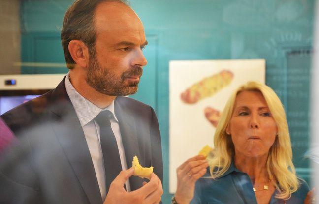 Edouard Philippe et Marie Sara goûtent la fougasse d'Aigues-Mortes, en pleine campagne des législatives.