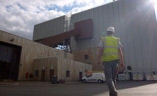 La centrale de cogénération biomasse exploitée par Dalkia fournit une partie du chauffage et de l'électricité de Rennes grâce au bois.