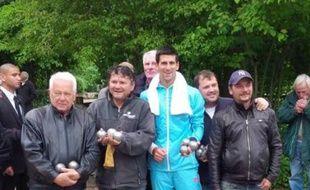 Novak Djokovic s'essaie à la pétanque le 27 mai 2014.