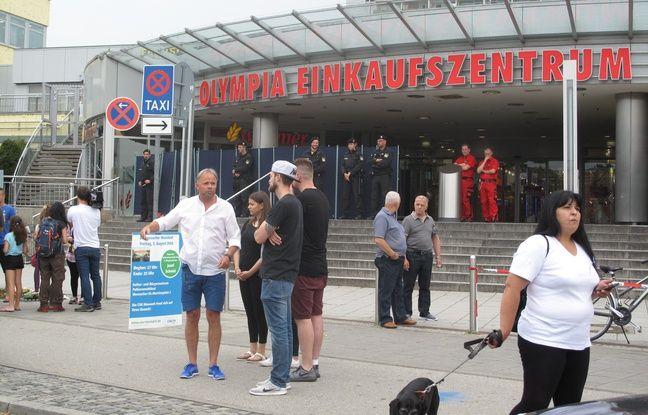 Des Munichois réunis le 23 juillet 2016 devant le centre commercial Olympia, où a éclaté une fusillade meurtrière.