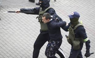 Une arrestation à Minsk lors de la manifestation du 8 novembre.