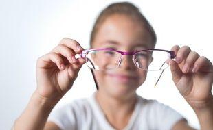 Une petite fille et ses lunettes.