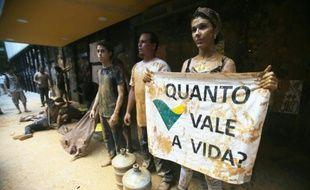 Des manifestants ont disposé de l'eau boueuse à l'entrée du siège de l'entreprise Vale à Rio de Janeiro, le 16 novembre 2016