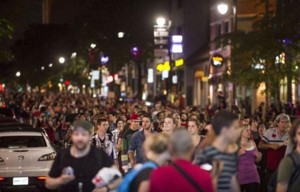 Une dizaine de milliers de manifestants, à pied, à vélo, en planche à roulette ou à rollers, ont traversé Montréal samedi soir d'ouest en est dans le vacarme assourdissant de milliers de casseroles, cornes de brume, sifflets et autres instruments similaires – Rogerio Barbosa afp.com