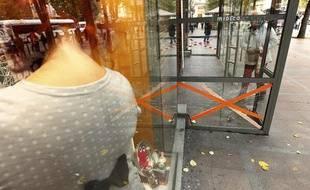 La vitrine du magasin Midica qui a été endommagée par un sanglier dans la nuit de mercredi, le 14 novembre 2013 à Toulouse.