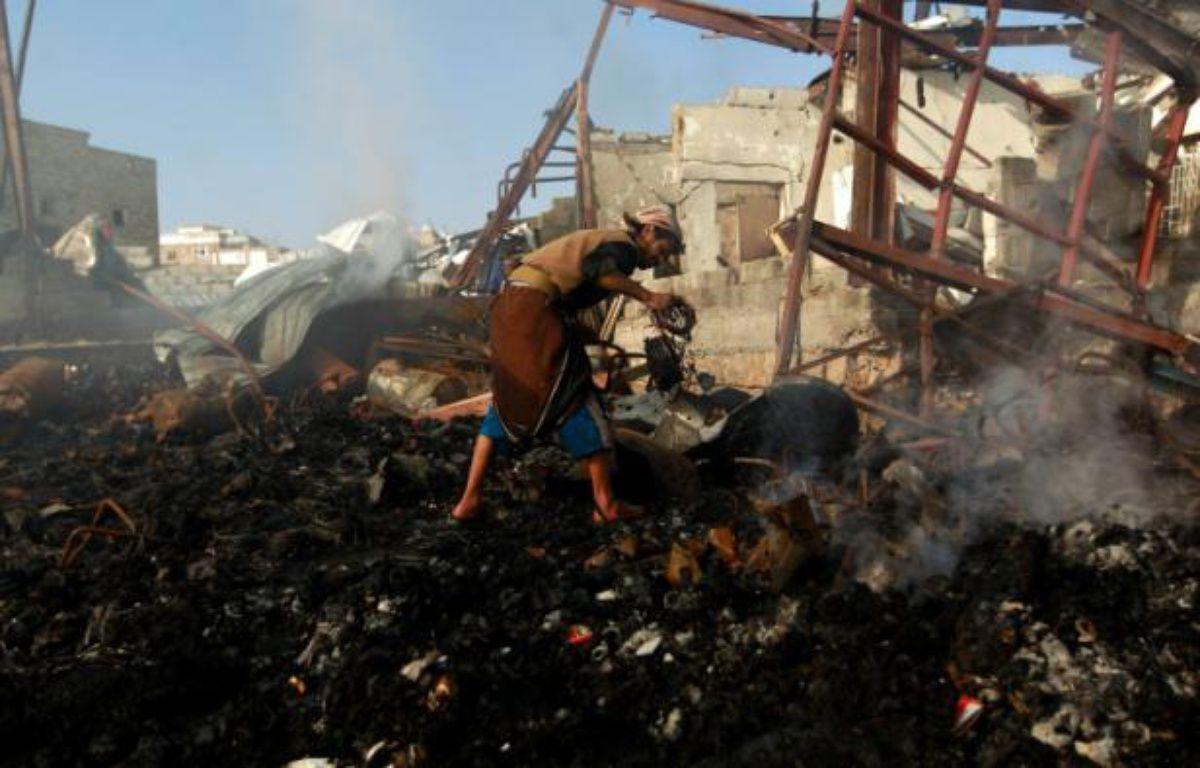 Un Yémenite inspecte les décombres après une frappe aérienne de la coalition militaire arabe conduite par l'Arabie saoudite à Sanaa, le 14 février 2016 – MOHAMMED HUWAIS AFP